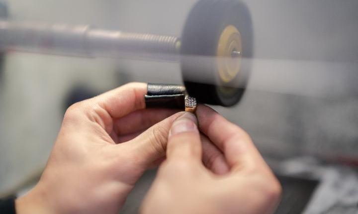 lucidatura-rinnovo-gioielli-in-laboratorio-orafo-roma