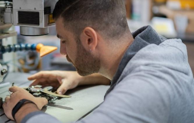 incisione-gioielli-oro-argento-anelli-laboratorio-orafo-macchinari-laser-roma-flambojan